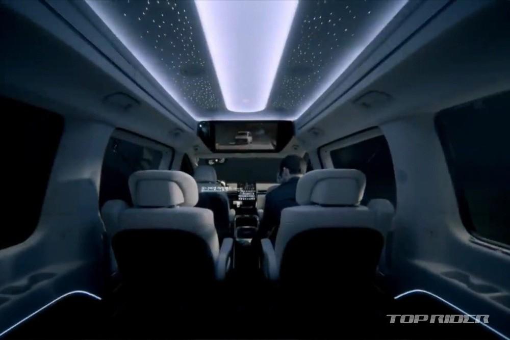 Trần xe gắn đèn LED giống xe Rolls-Royce cũng là điểm nhấn của Hyundai Staria Limousine 2021