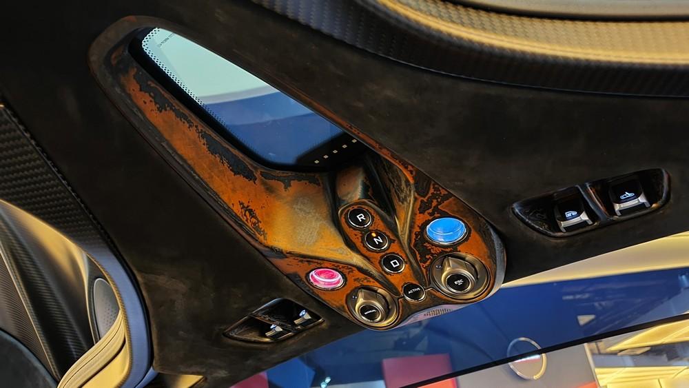 McLaren Speedtail có nhiều công nghệ hiện đại, bảng điều khiển trung tâm bao gồm các nút bấm chạy được đặt trên cao