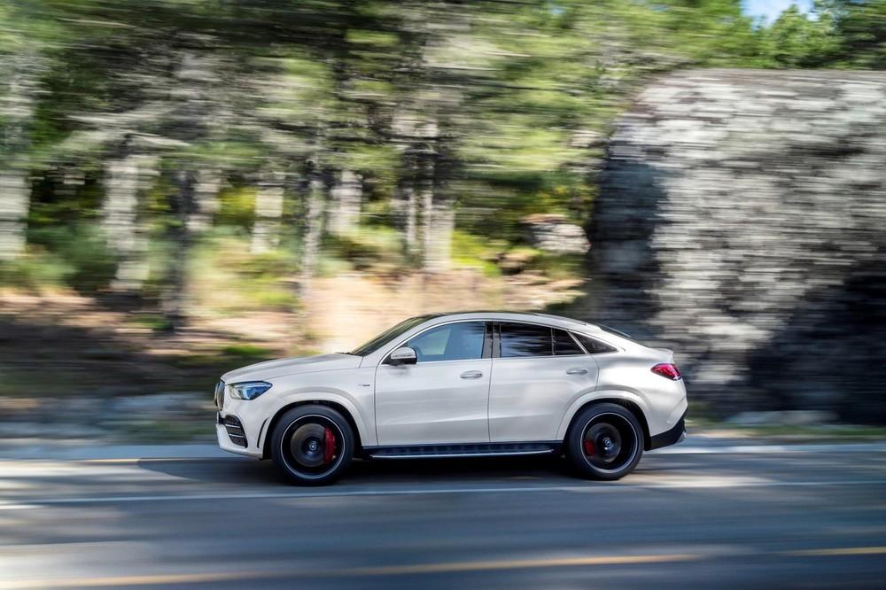 Mercedes-AMG GLE 53 4Matic+ Coupe 2021 có chiều dài 4.961mm, chiều rộng 1.999mm, dài hơn 39mm và rộng hơn 7mm so với chiếc GLE tiền nhiệm.
