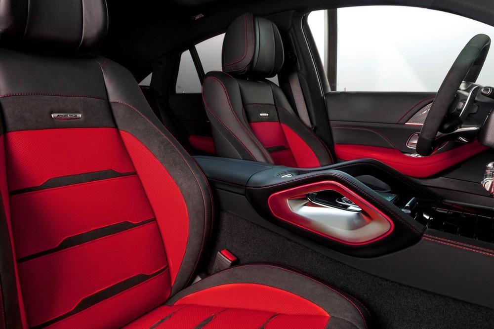 Ghế thể thao bọc da 2 tông màu đen/đỏ, touchpad cảm ứng điều chỉnh màn hình đặt trong khu vực bệ tì tay có thiết kế mới lạ.