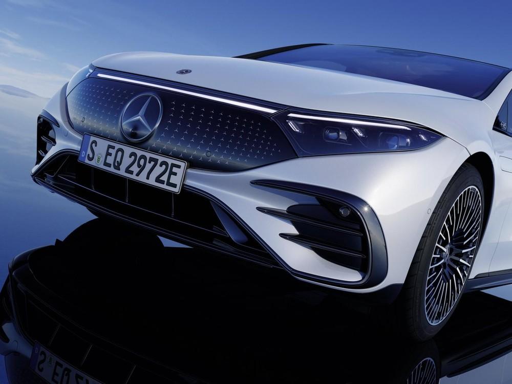 Phần đầu xe của Mercedes-Benz EQS được thiết kế hơi hướng hiện đại nhưng không làm mất đi giá trị truyền thống.