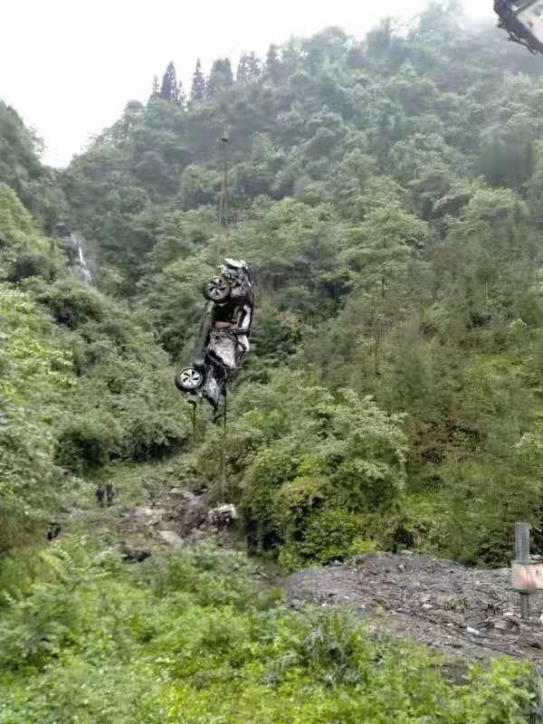 Chiếc Beijing X7 được trục vớt khỏi vực