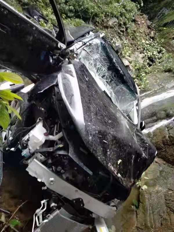 Chiếc ô tô Beijing X7 rơi xuống một con suối