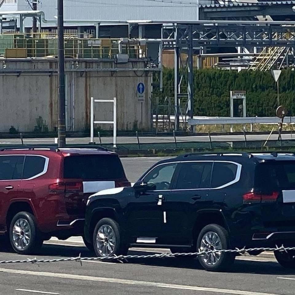 Những chiếc Toyota Land Cruiser 2022 này được trang bị vô lăng bên trái