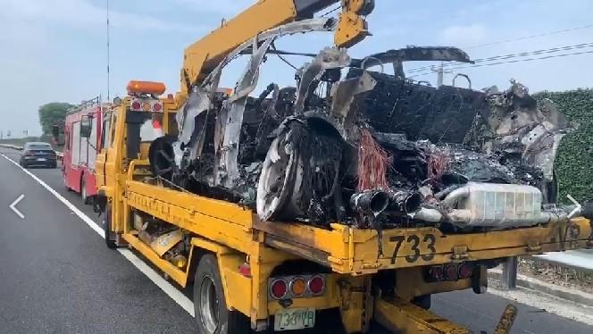 Chiếc Lamborghini Urus trên xe cứu hộ chỉ còn là đống sắt vụn