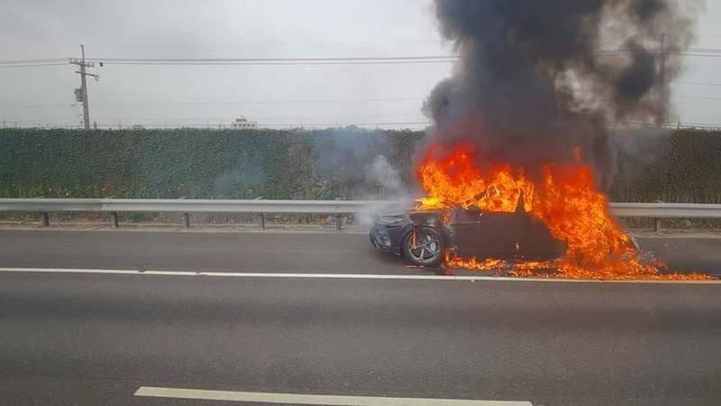 Chiếc siêu SUV Lamborghini Urus bốc cháy như quả cầu lửa bên đường