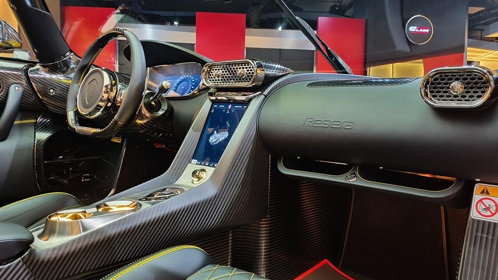 Chất liệu tạo ra khoang lái của Koenigsegg Regera có da cao cấp, kim loại đắt tiền, sợi carbon nhám và vàng
