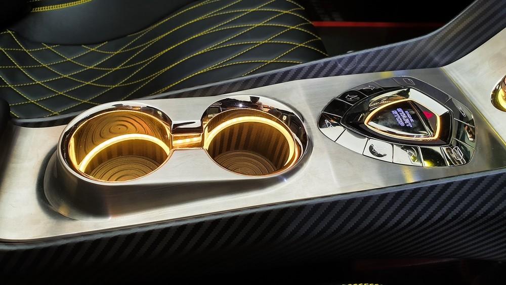 Nhiều chi tiết ở nội thất xe Koenigsegg Regera được mạ vàng