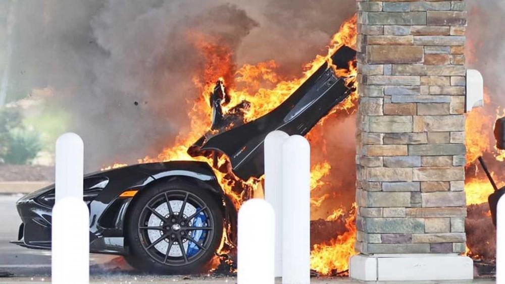 Ngọn lửa nhanh chóng bao trùm lấy chiếc McLaren 765LT này
