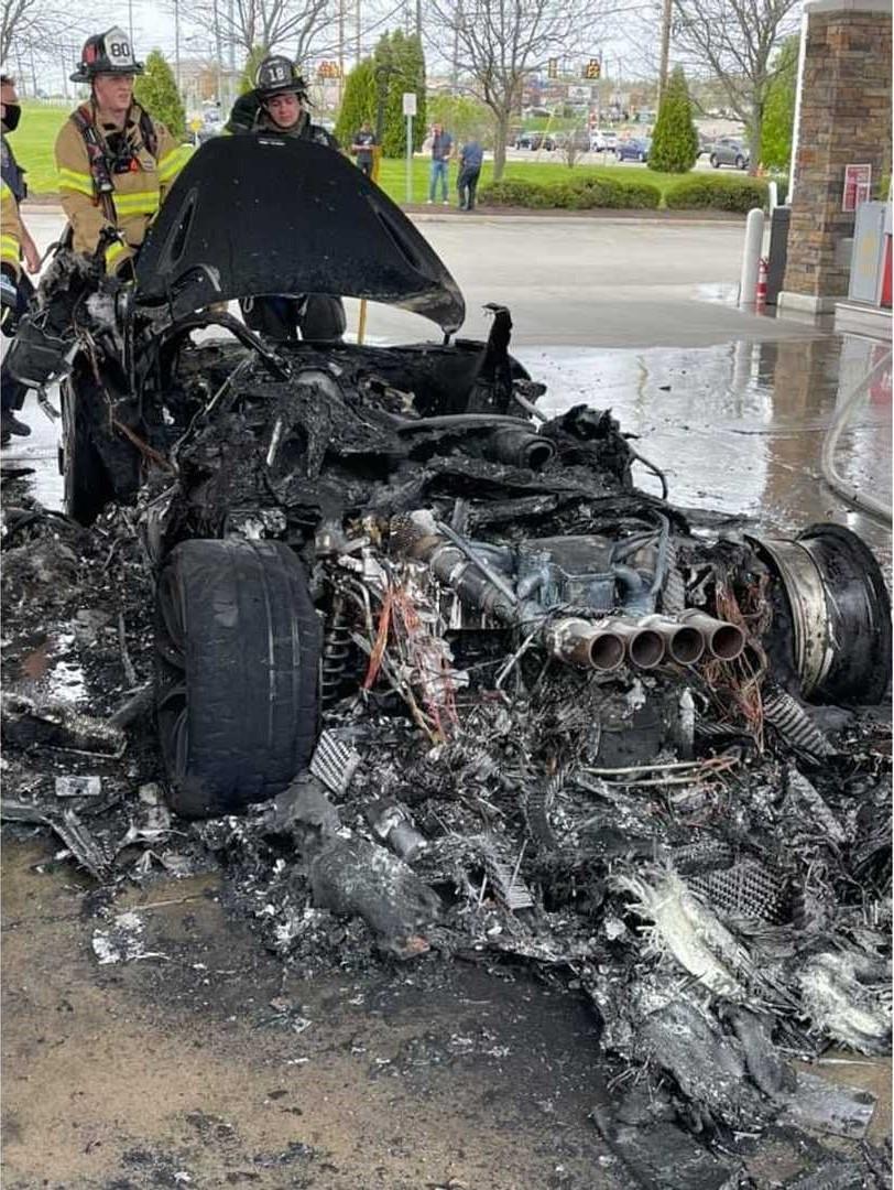 Chiếc siêu xe McLaren 765LT đã bị thiêu rụi hơn 2/3 xe