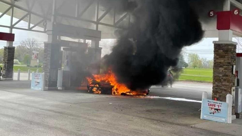 Chiếc siêu xe McLaren 765LT bốc cháy dữ dội
