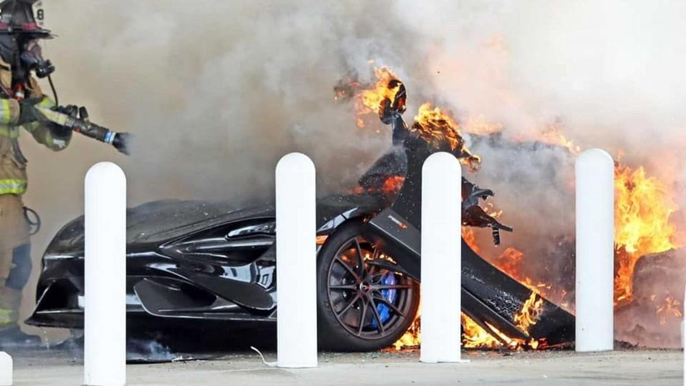 Hình ảnh chiếc siêu xe McLaren 765LT bốc cháy ở trạm xăng