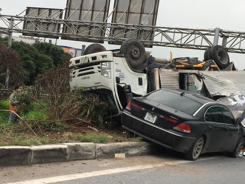 Chiếc ô tô tải lật ngửa trên dải phân cách giữa đường