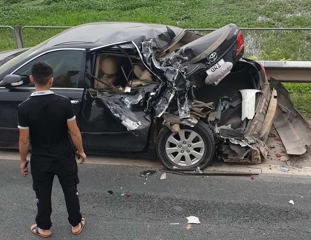 Chiếc Toyota Camry bẹp dúm đuôi xe