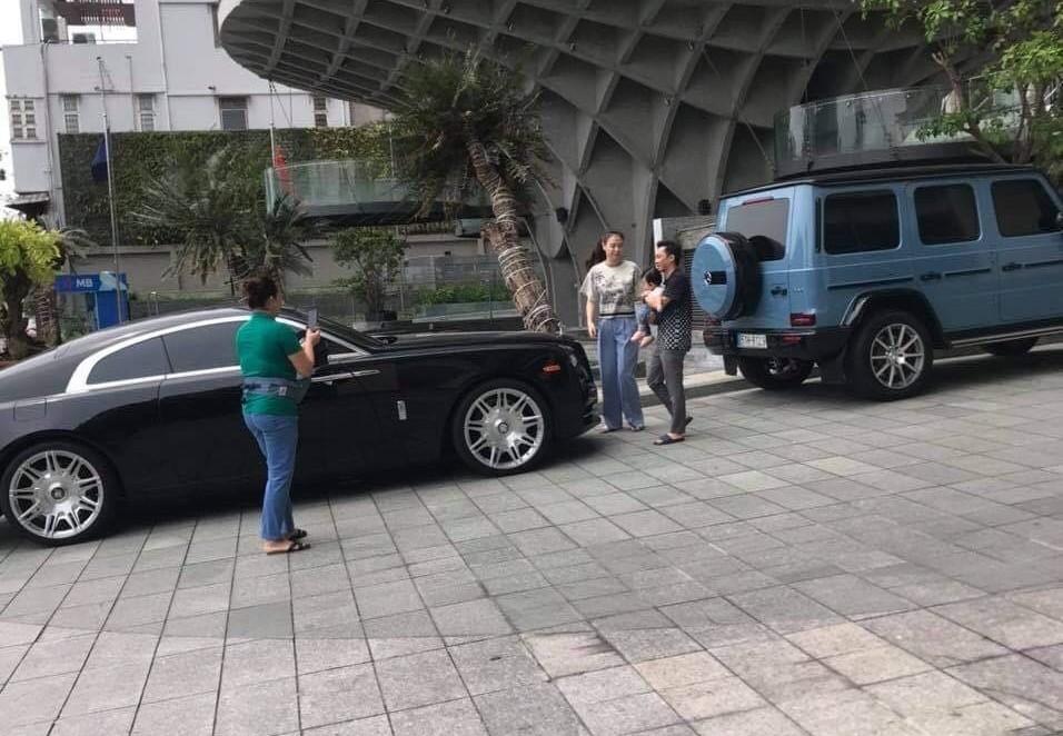 Khoảnh khắc người đi đường vô tình bắt gặp Cường Đô-la cùng vợ và con gái đi dạo ở Đà Nẵng với 2 xe đắt tiền