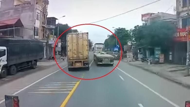 Hai chiếc xe container chèn ép nhau trên quốc lộ 1A