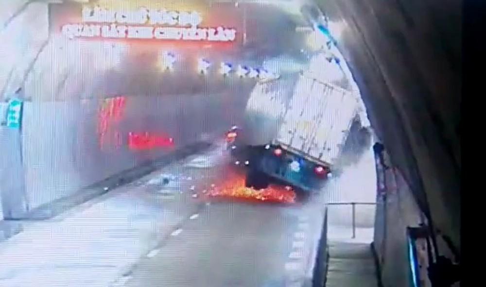 Chiếc xe container tóe lửa dưới gầm sau khi tông vào lan can thành hầm Hải Vân 2
