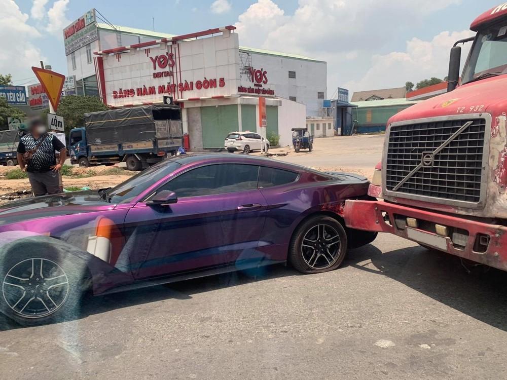 Hiện trường vụ xe container xảy ra va chạm với xe Ford Mustang tại Bình Dương