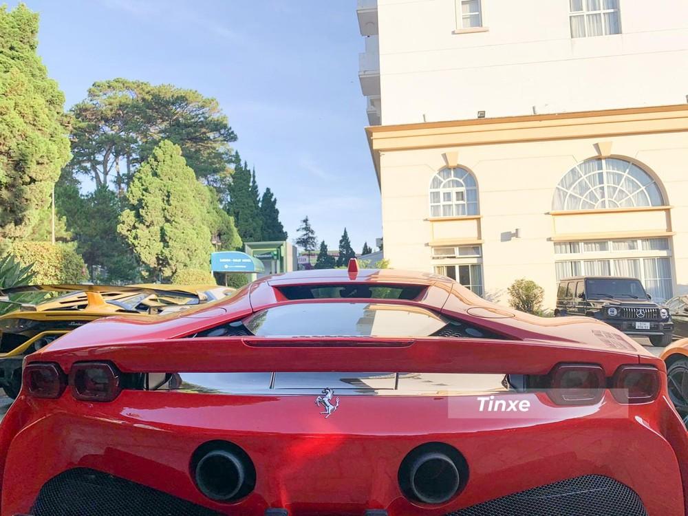Ferrari SF90 Stradale có cụm đèn hậu LED đôi và cánh gió đuôi cố định