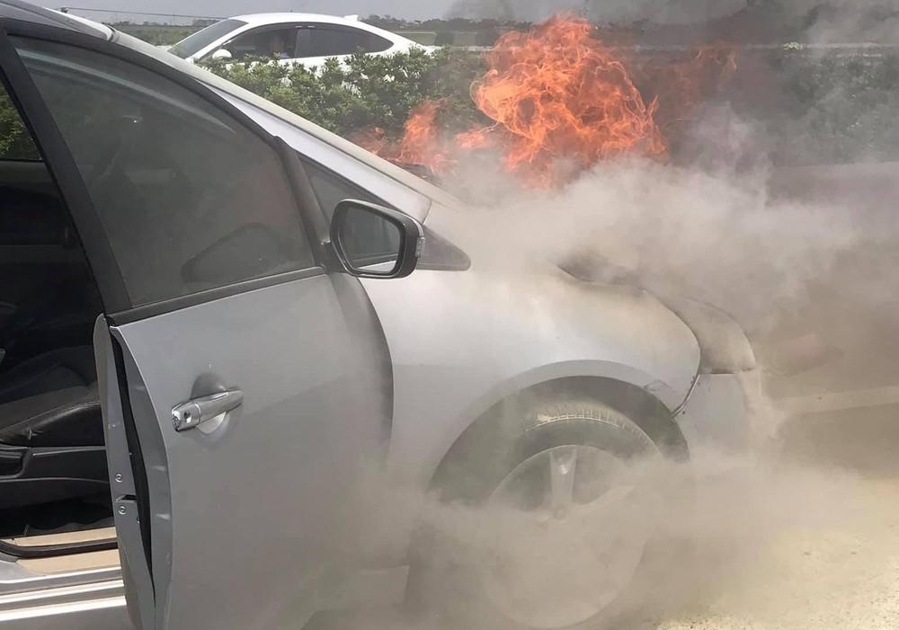 Ngọn lửa bắt đầu từ phần đầu xe Mitsubishi Grandis