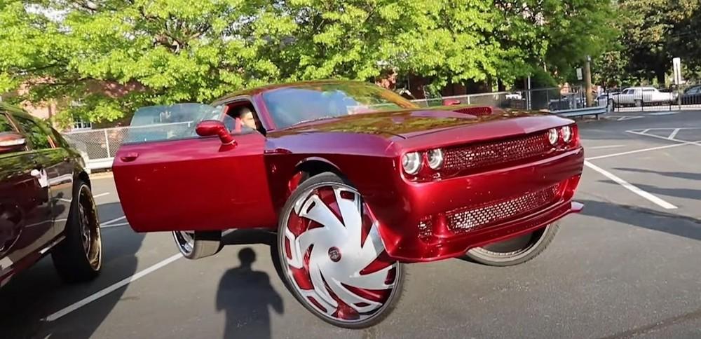 Từ đầu tới đuôi xe cũng được sơn lại màu đỏ hoàn toàn