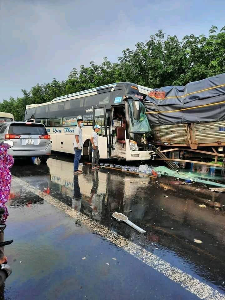 Hiện trường vụ tai nạn kinh hoàng trên quốc lộ 14