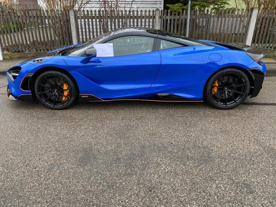 Ngoại thất xe có màu xanh dương đậm cùng các chi tiết carbon và sơn tối màu
