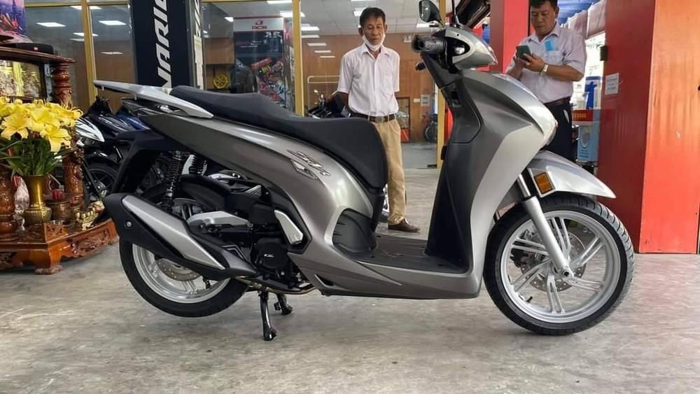 Honda SH350i được bán tại một số đại lý tư nhân với mức giá gần 400 triệu đồng