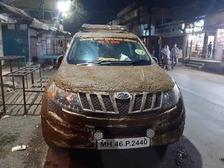 Chủ nhân của chiếc Mahindra XUV 500 cho rằng phân bò giúp nội thất của xe mát hơn