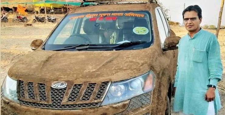 Chiếc Mahindra XUV 500 trét phân bò