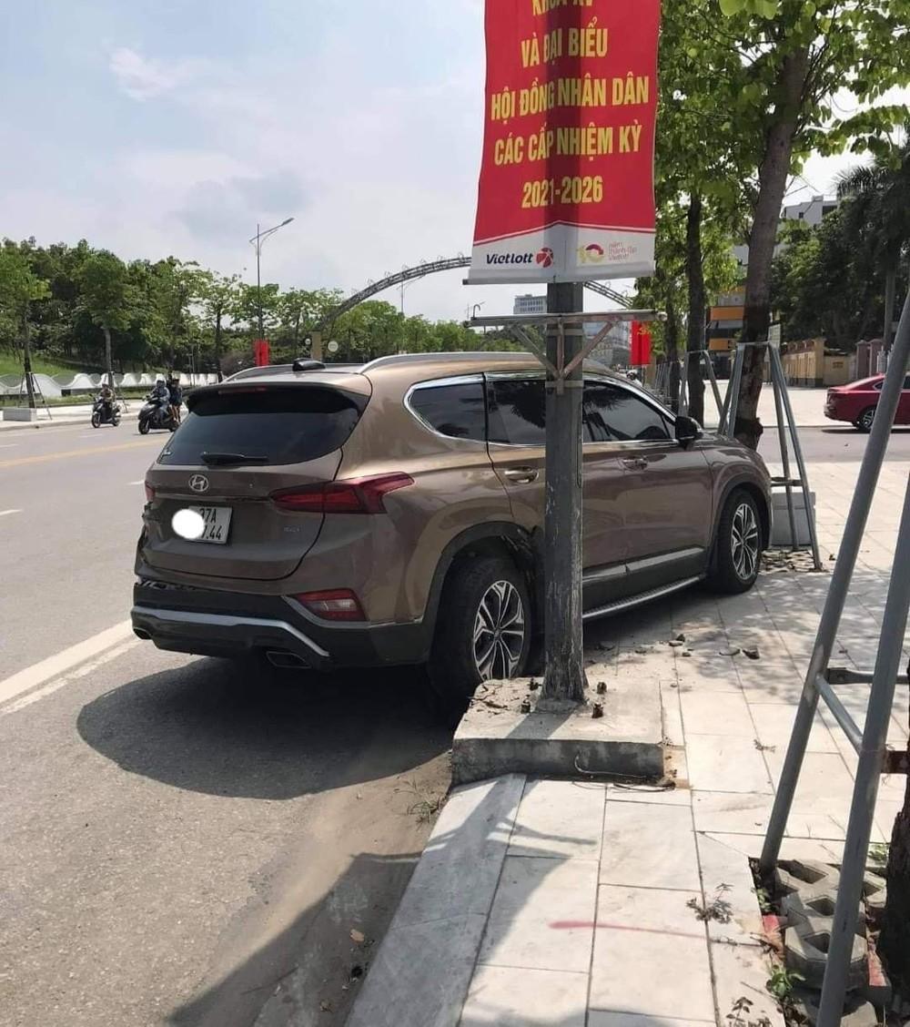 Chiếc Hyundai Santa Fe nằm trên vỉa hè sau tai nạn liên hoàn