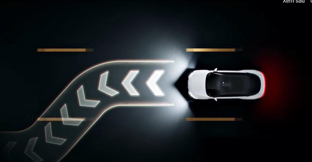 Đèn của Zhiji L7 chiếu thông tin định vị xuống mặt đường