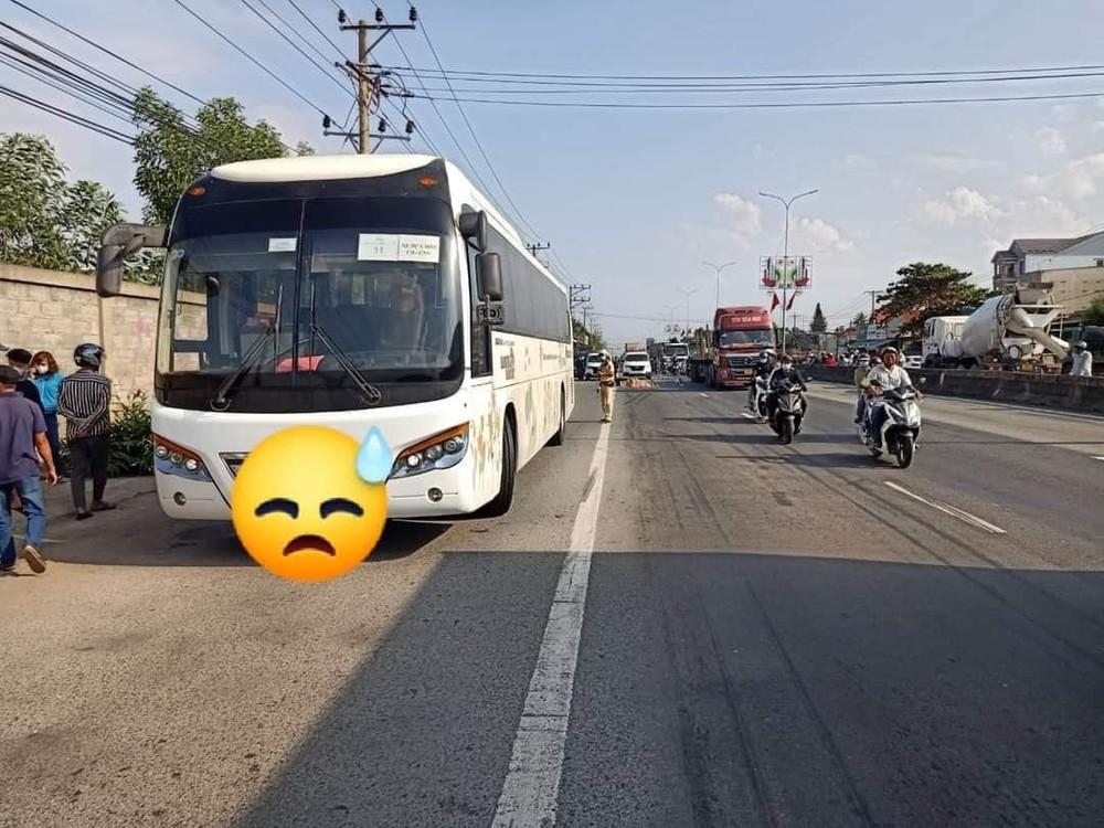 Chiếc xe chở công nhân tại hiện trường vụ tai nạn