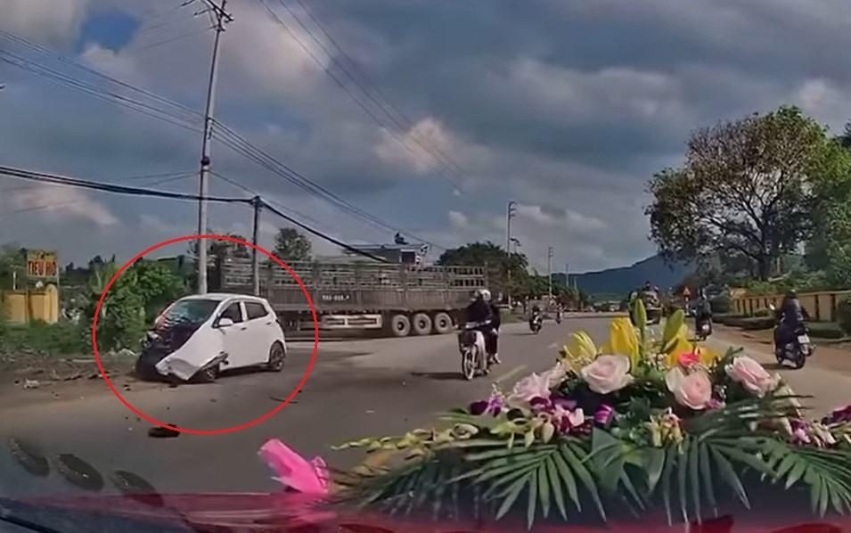 Chiếc ô tô con hư hỏng nặng ở đầu xe sau vụ tai nạn