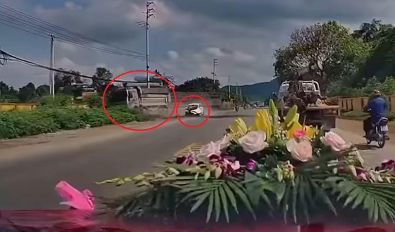 Chiếc xe ben va chạm với ô tô con sang đường