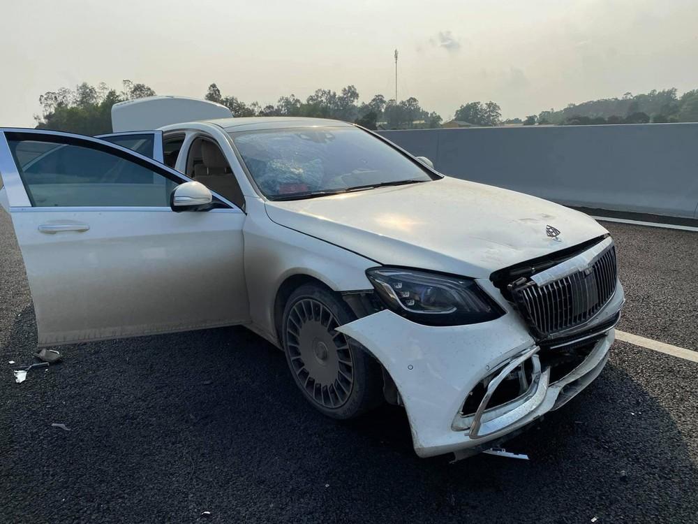 Chiếc xe Mercedes-Benz S-Class hư hỏng nặng sau khi tông vào đuôi xe Kia