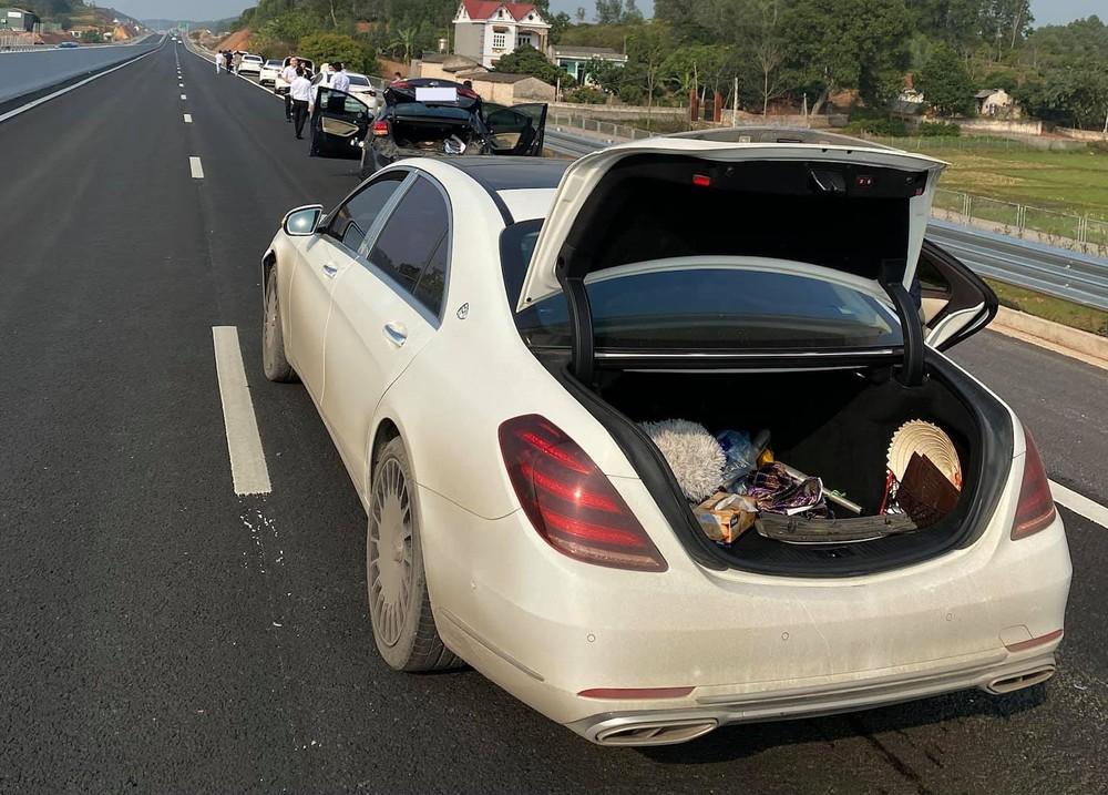 Hiện trường vụ tai nạn của xe Mercedes-Benz S-Class cùng xe Kia trên cao tốc Hà Nội - Lạng Sơn