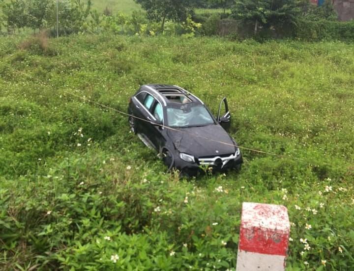 Mercedes-Benz GLC lao xuống bãi cỏ bên đường đại lộ Thăng Long