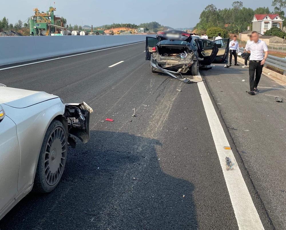 Chiếc xe Kia bẹp dúm đuôi xe sau khi bị xe Mercedes-Benz S-Class tông từ phía sau