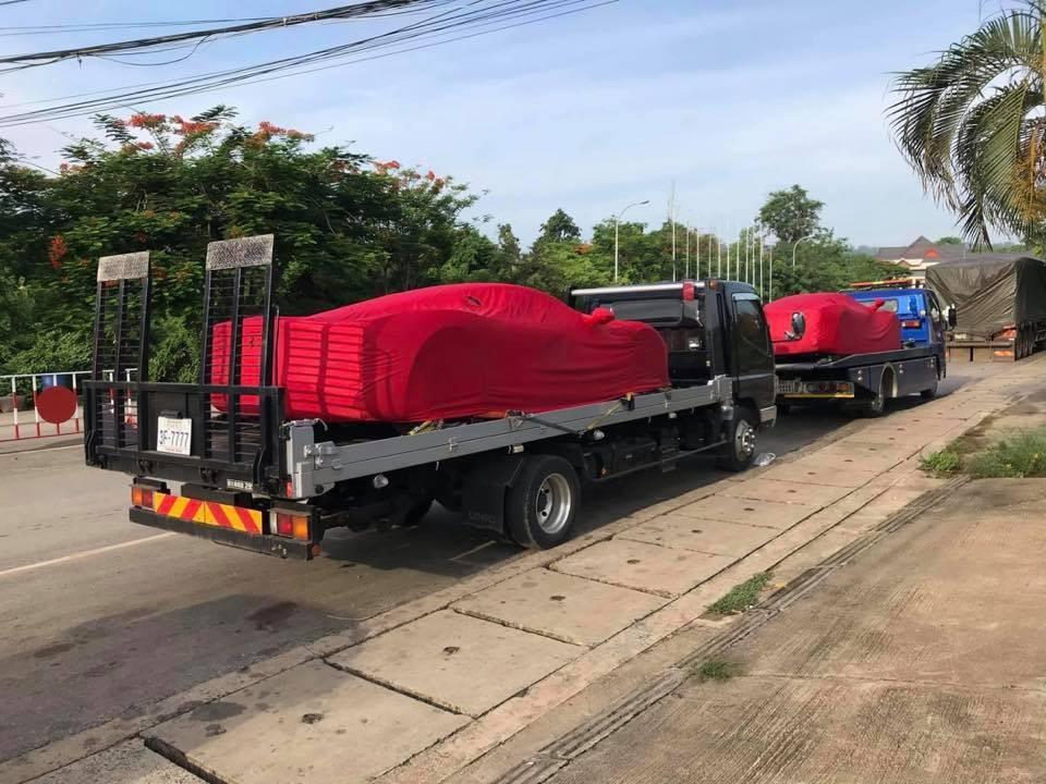 Cặp đôi siêu xe Ferrari LaFerrari phủ bạt đỏ khi xuất hiện tại một cửa khẩu ở Campuchia