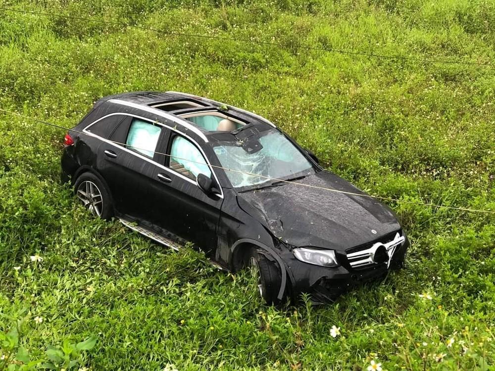 Túi khí chiếc xe Mercedes-Benz GLC bung ra phủ kín hết cửa sổ