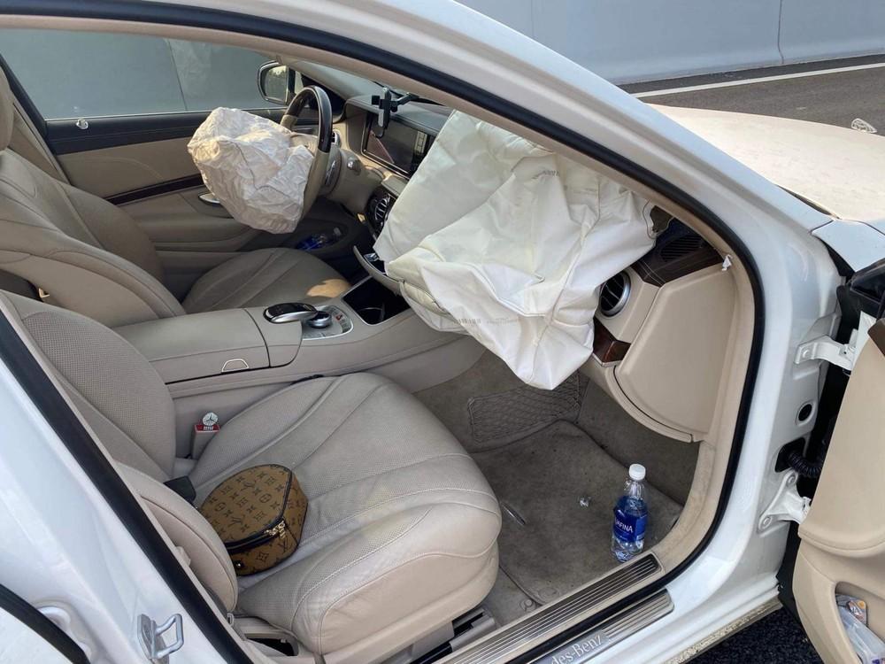 Chiếc xe sang bung túi khí vô lăng và phía trước mặt người ngồi bên ghế phụ