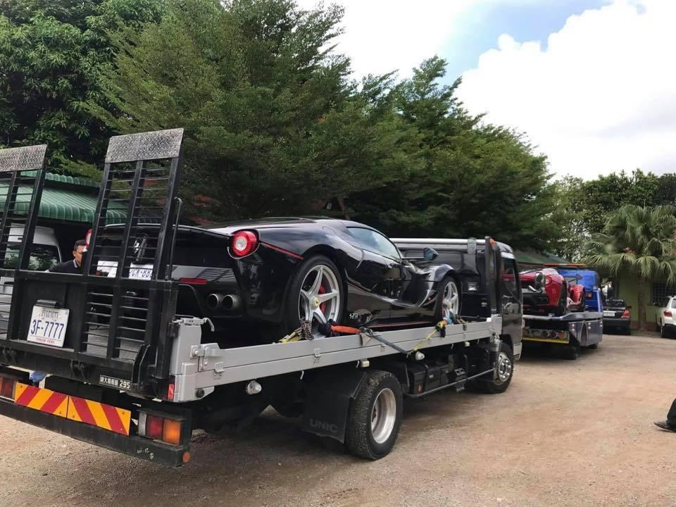 Chiếc xe Ferrari LaFerrari màu đỏ thuộc bản Coupe, còn Ferrari LaFerrari màu đen thuộc bản mui trần