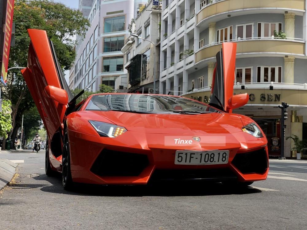 Một doanh nhân vốn ít lái siêu xe trong các ngày thường ở Sài thành cũng đã mang chiếc siêu xe Lamborghini Aventador LP700-4 màu cam đi tắm nắng trong những ngày lễ này được đánh giá là ít xe cộ lưu thông tại Thành phố Hồ Chí Minh.