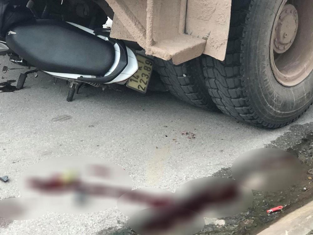 Chiếc xe máy của nạn nhân nằm dưới gầm xe trộn bê tông
