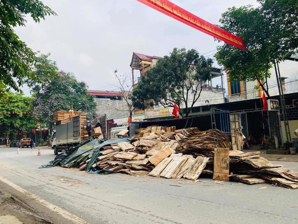 Xe tải lật nghiêng sau tai nạn với xe VinFast LUX SA2.0, gỗ ván bóc tràn ra mặt đường QL2