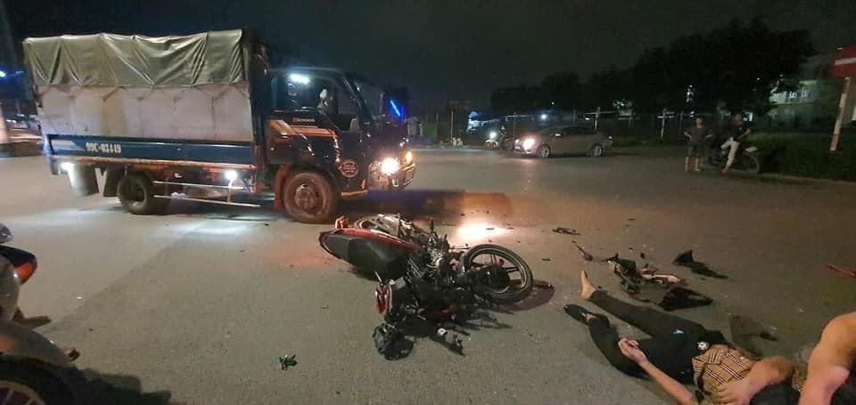 Hiện trường vụ tai nạn của xe máy và xe tải ở Bắc Ninh vào tối qua