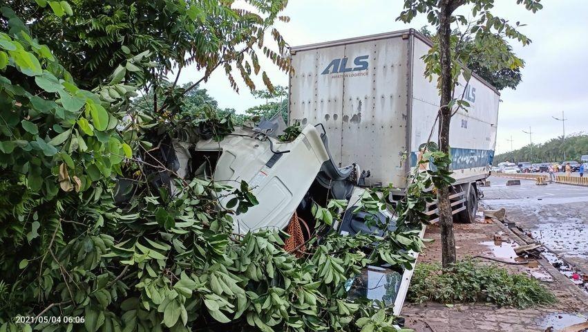 Xe tải chở hàng hoá của hàng không ALS rụng cabin