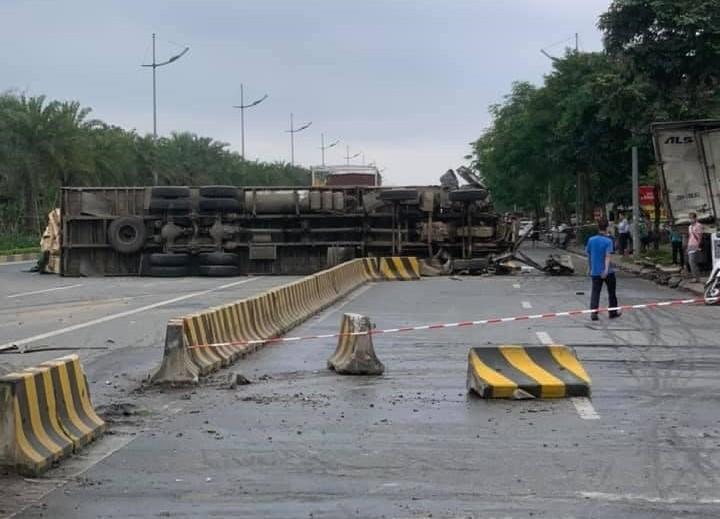 Hình ảnh hiện trường vụ tai nạn giao thông giữa 2 xe tải trên đường Võ Nguyên Giáp vào rạng sáng nay