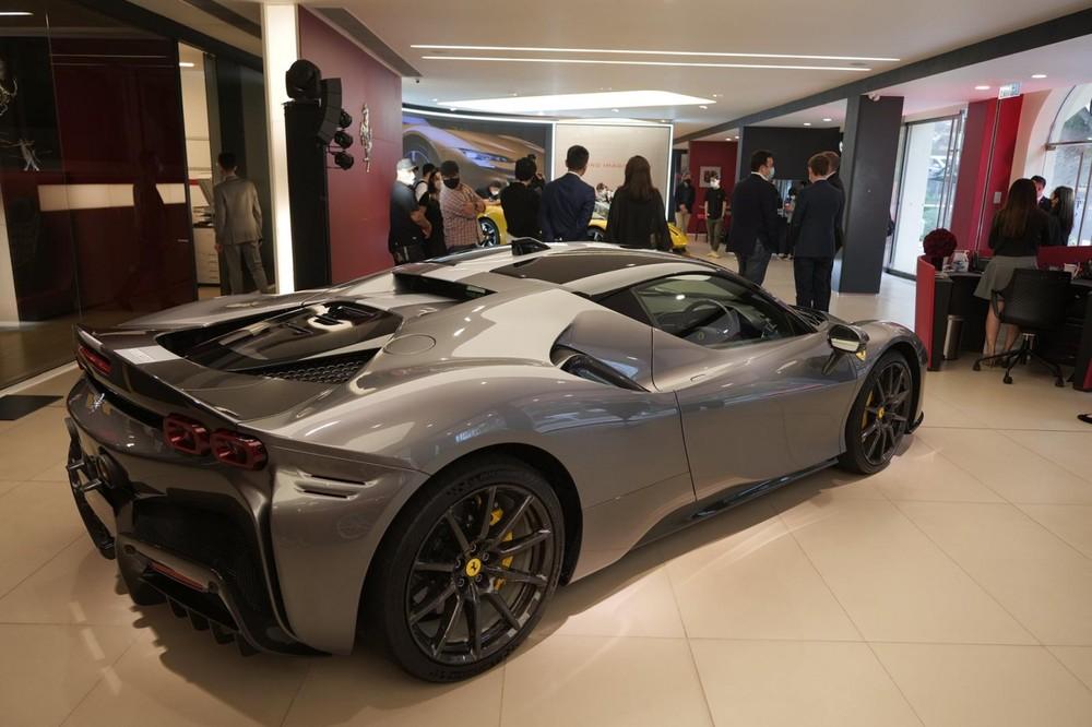 Ferrari SF90 Spider có giá đắt hơn 10% so với phiên bản Ferrari SF90 Stradale được bán ra ở Hong Kong